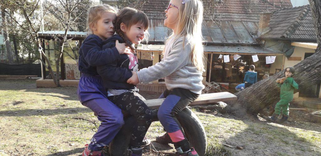 Copii jucându-se