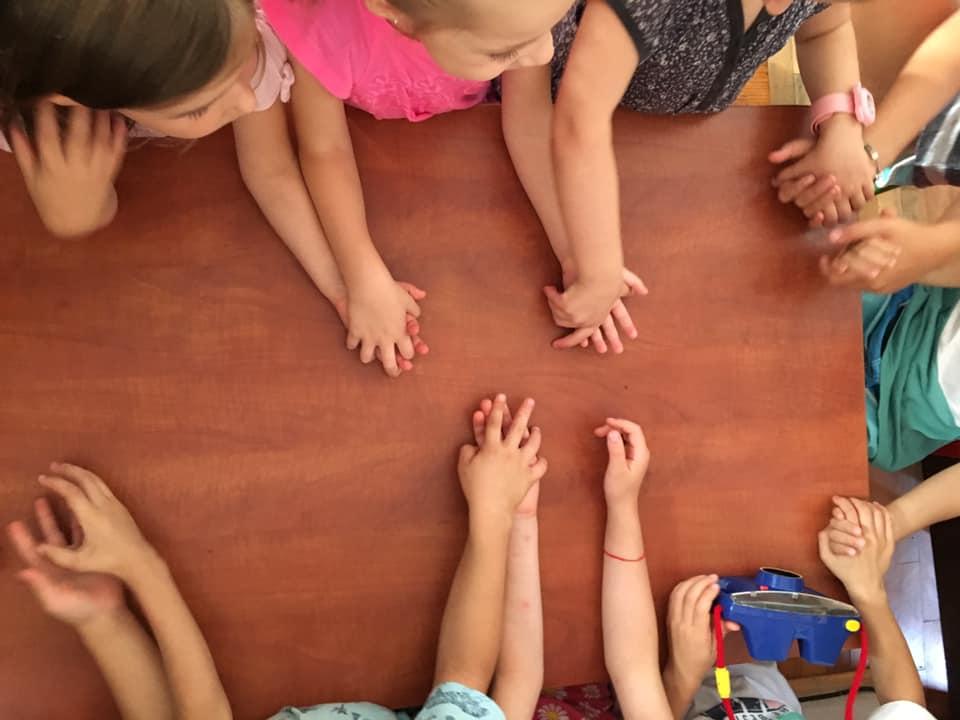 Copii ținându-se de mână