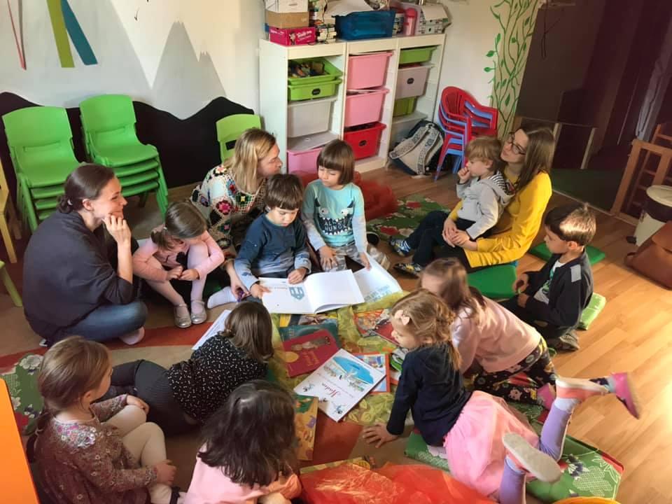Copii la grădiniță citind